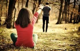 歩き去る男性と座っている女性画像