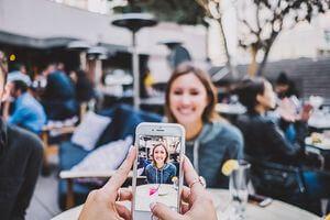 マッチングアプリは写真で決まる!プロフィール写真の撮り方、選び方