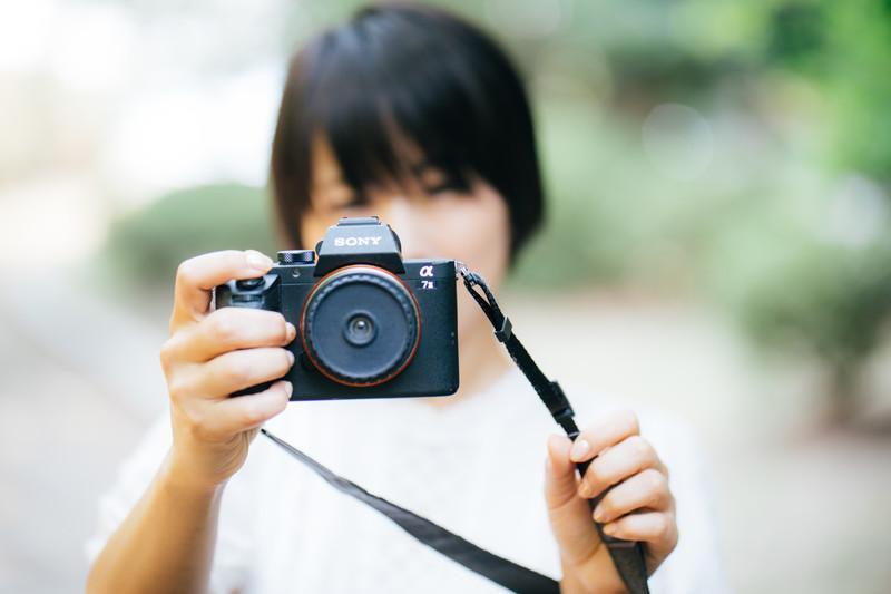 カメラ 女性 フリー素材